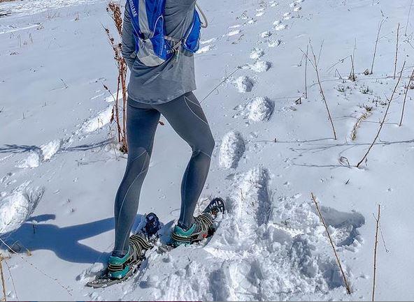corriendo con raquetas de nieve